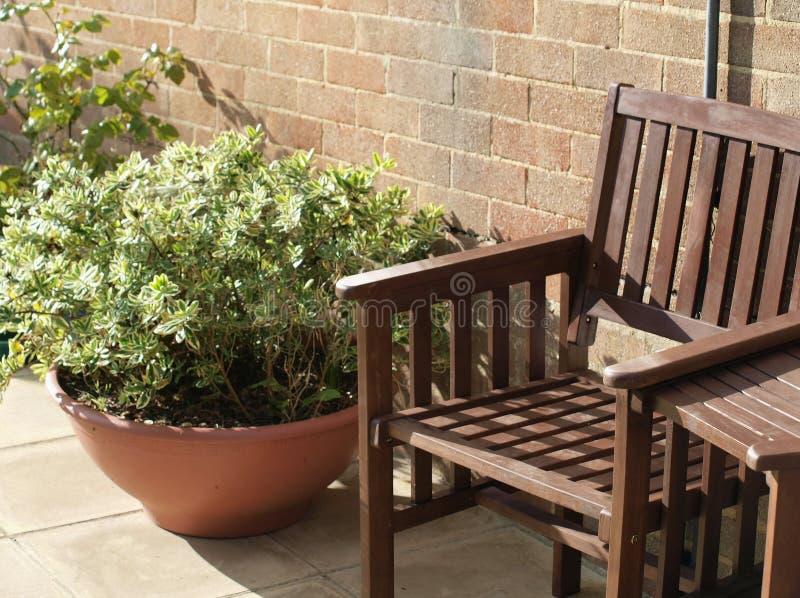 Gartensitz mit Anlage stockfoto