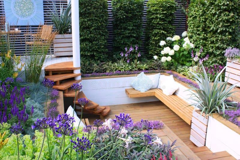 Gartensitze lizenzfreie stockfotos