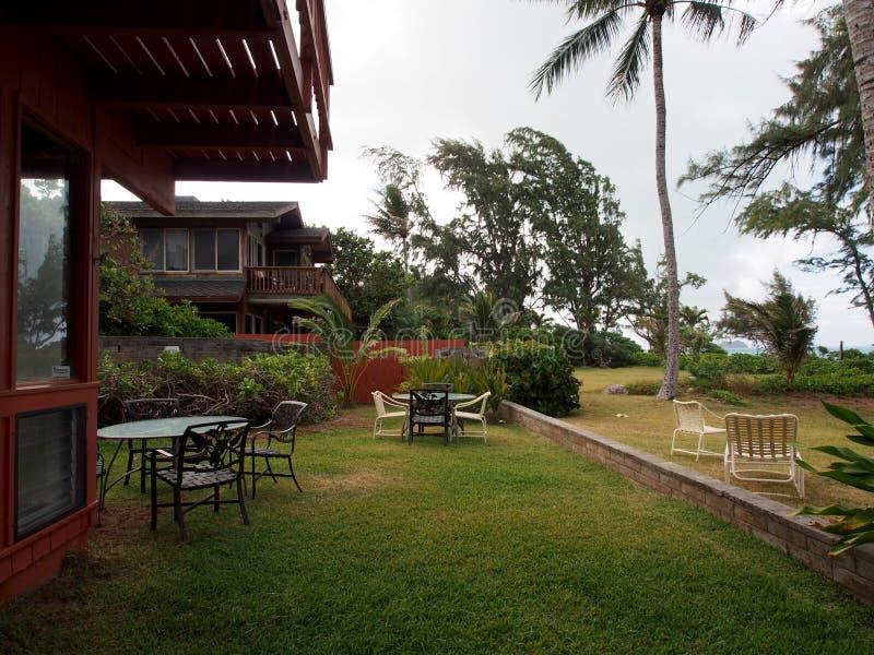 Gartenstühle im Strandyard towrds Waimanalo schauend setzen auf den Strand lizenzfreies stockbild