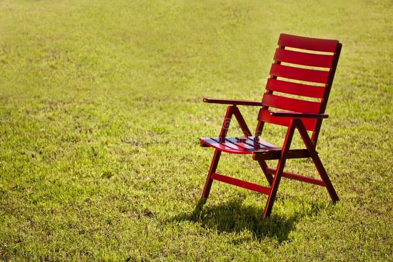 Gartenstuhl auf Gras stockbild