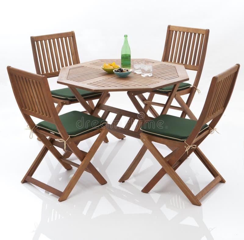 Gartentabelle und -stühle lizenzfreie stockbilder