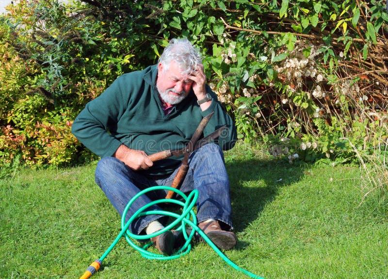Gartenunfall Vorbei fallen Mann verletzt stockbild