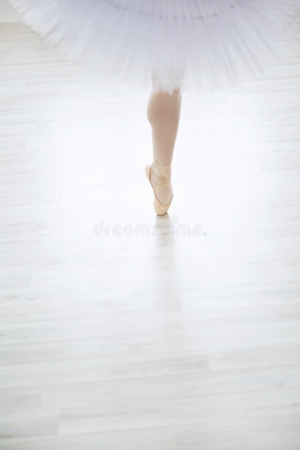 garter σωμάτων ντυμένο νύφη λευκό μερών s ποδιών στοκ εικόνες