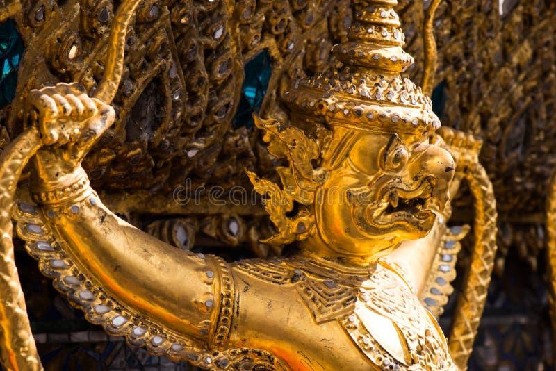 Garuda που κρατά το Naga, ταϊλανδικό γλυπτό στοκ φωτογραφία με δικαίωμα ελεύθερης χρήσης