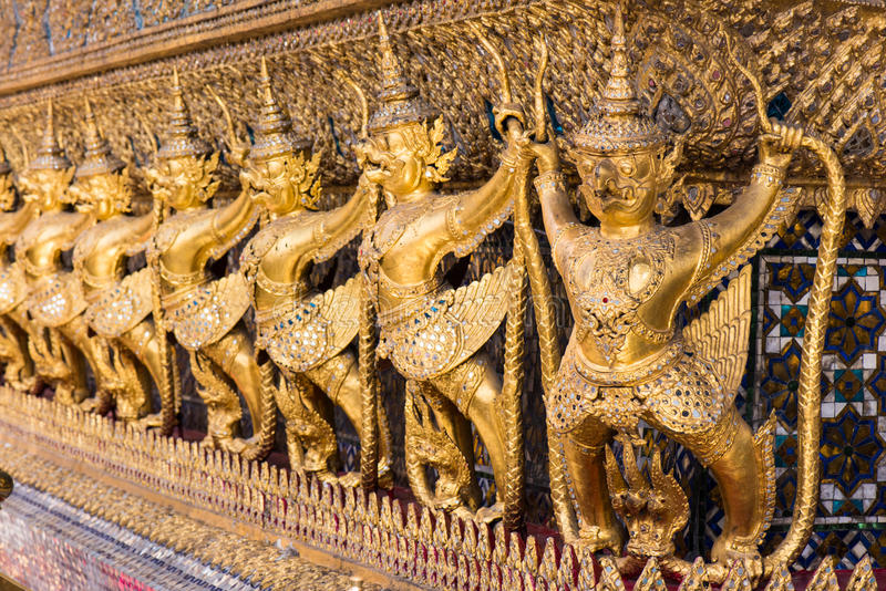 Garuda держа Naga, тайскую скульптуру стоковое изображение rf