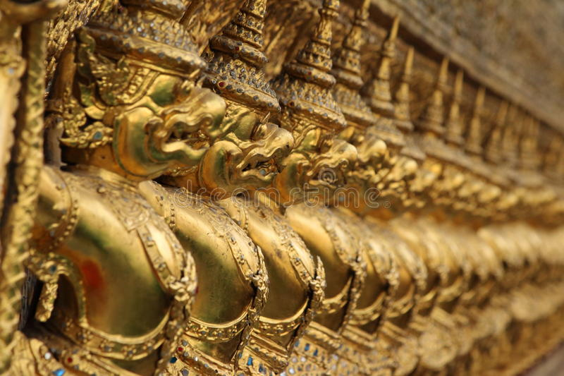Garuda на наружных стенах виска изумрудного Будды, Бангкок золота, Таиланд стоковая фотография