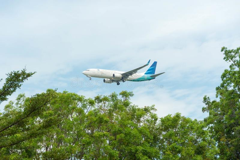 Garuda Indonesia Airline Airplane Landing på Singapore Changi in royaltyfri bild