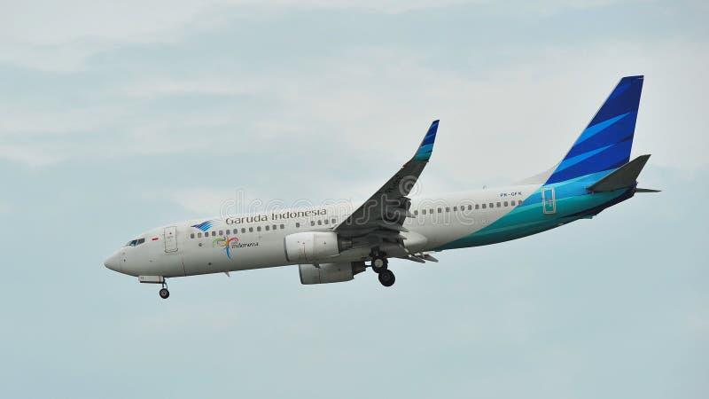 Garuda Indonesia Boeing 737-800 som landar på den Changi flygplatsen arkivfoton