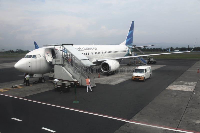 Garuda Indonesia en el aeropuerto de Adisutjipto imagen de archivo