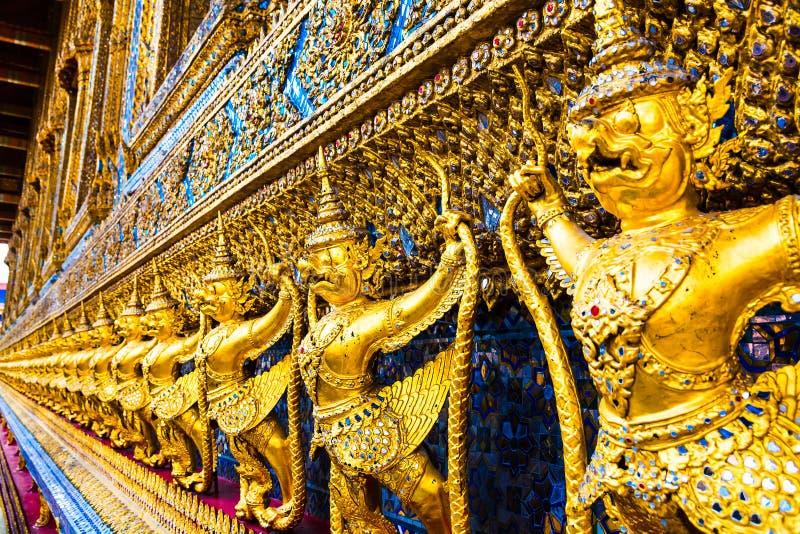 Garuda, las estatuas de la serpiente de lucha del naga de Krut, un Buddhis tailandés fotografía de archivo