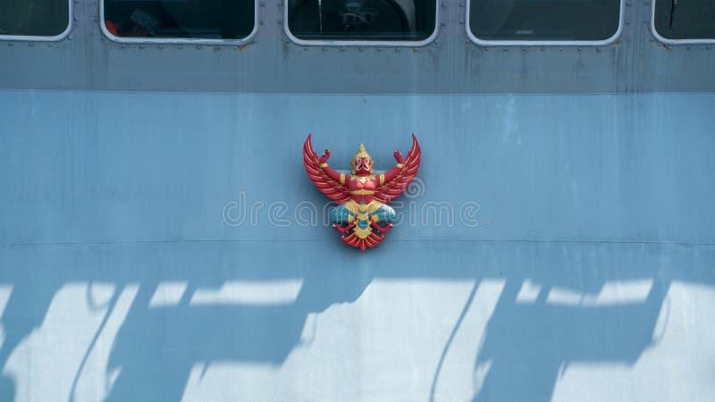 Garuda lub Tajlandzki mityczny ptasi emblemat na pokładzie Królewskiego Tajlandzkiego marynarki wojennej shi obraz stock