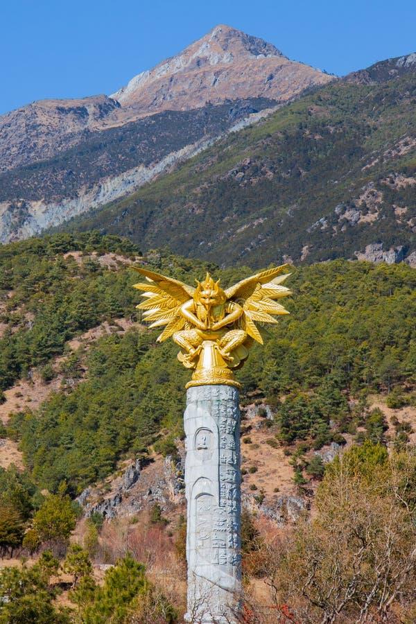Garuda monument på Jade Water Village, Yunnan, Kina fotografering för bildbyråer