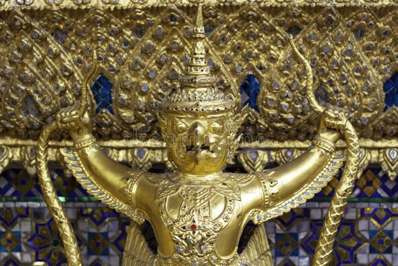 Garuda op de muur in Wat Phra Kaew of naam officieel als Wat Phra Si Rattana Satsadaram stock fotografie