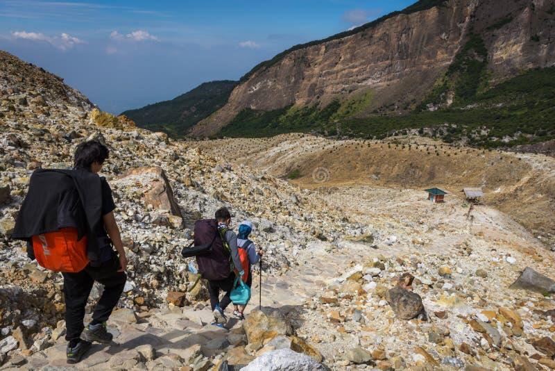 Garut, Индонезия - 12-ое августа 2018: Группа в составе молодые люди наслаждающся и пешая туризм горой Papandayan r стоковое изображение