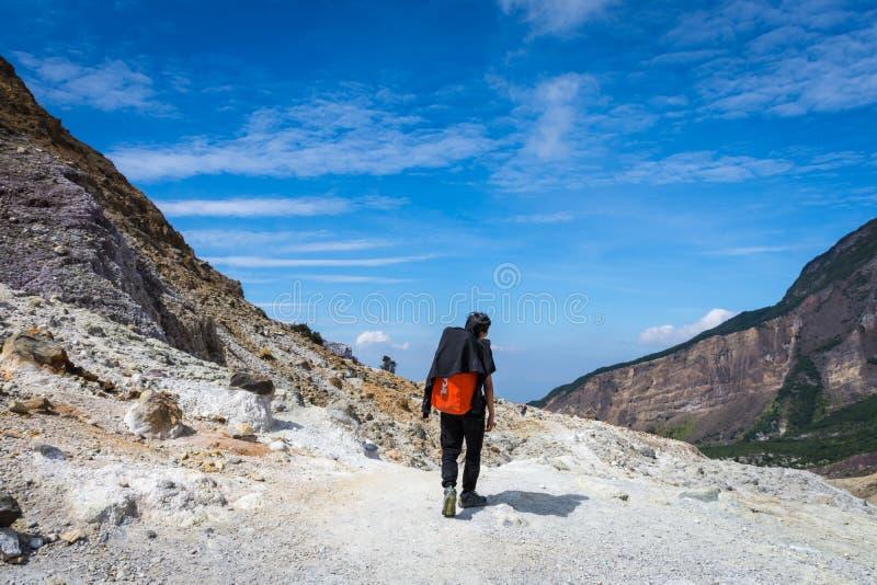 Garut, Индонезия - 12-ое августа 2018: Человек наслаждающся и пеший туризм горой Papandayan r стоковые изображения rf