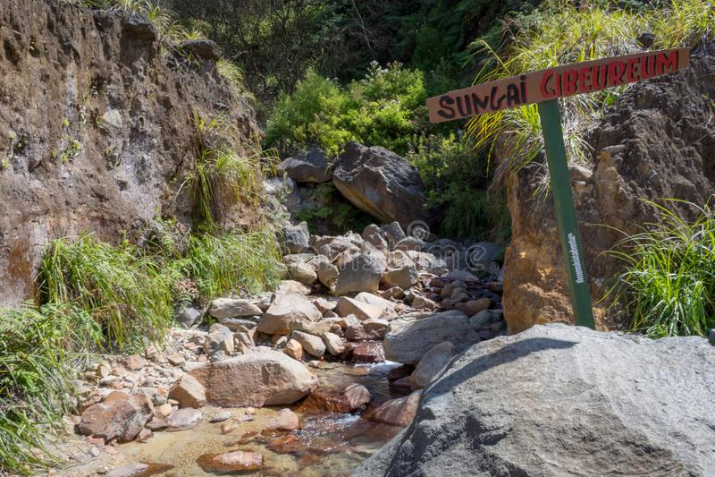 Garut Indonezja, Sierpień, - 12, 2018: Skalisty strumień z jasną wodą na górze Pi?kny krajobraz g?ra Papandayan zdjęcie royalty free