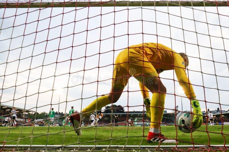 Gary Rodgers durante Cork City FC contra el partido de Dundalk FC en los torneros cruzados para la liga de primero ministro Divis fotografía de archivo