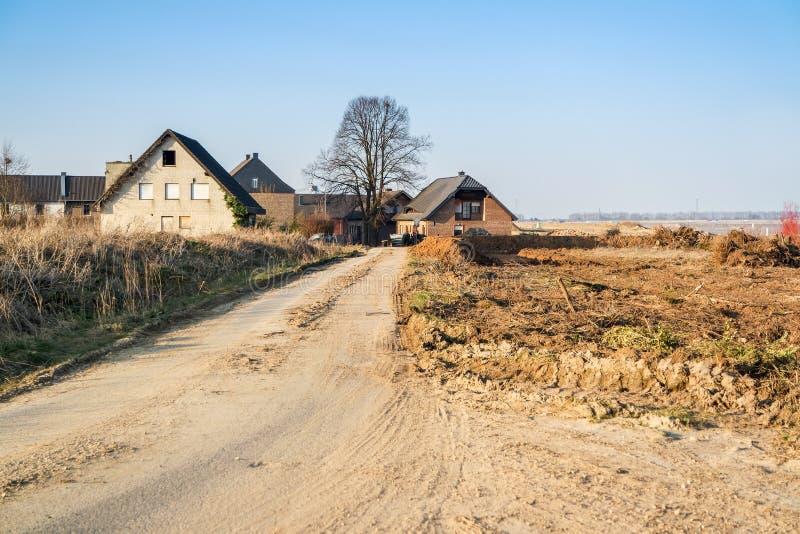 GARZWEILER, DUITSLAND - AUGUSTUS 15 2015: Enkelen van de vele huizen die zeer spoedig door open zullen worden vernietigd - gegote stock foto