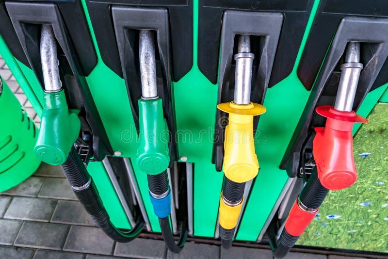 Gas en benzinepost Kanonnen voor het bijtanken bij een benzinestation Detail van de verschillende kleuren van een benzinepomp in  royalty-vrije stock fotografie