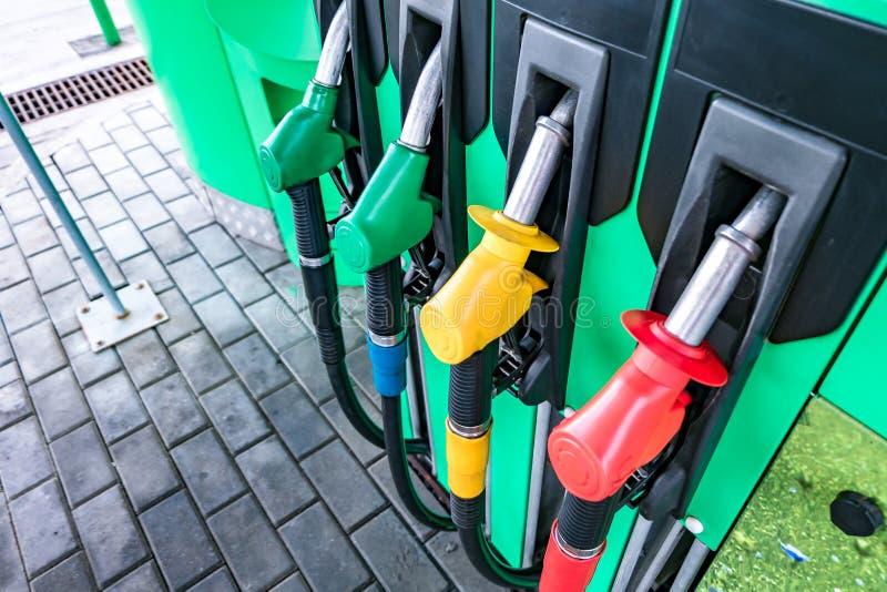 Gas en benzinepost Kanonnen voor het bijtanken bij een benzinestation Detail van de verschillende kleuren van een benzinepomp in  stock afbeeldingen
