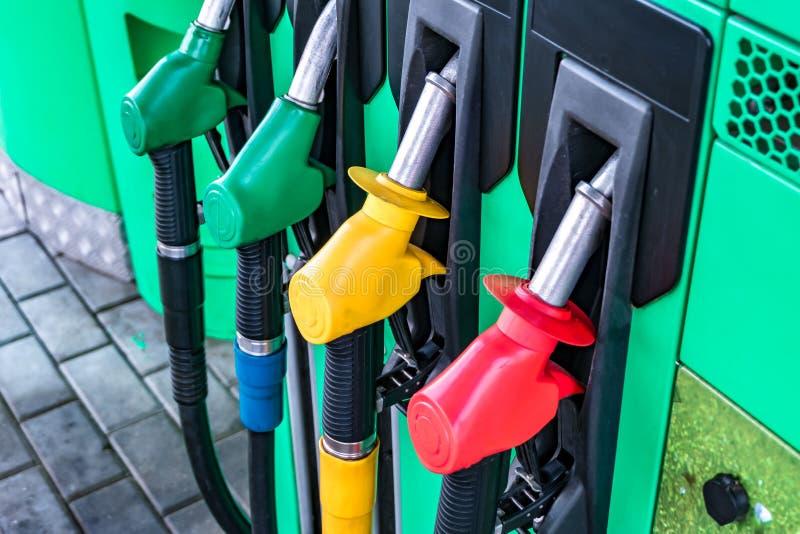 Gas en benzinepost Kanonnen voor het bijtanken bij een benzinestation Detail van de verschillende kleuren van een benzinepomp in  stock afbeelding