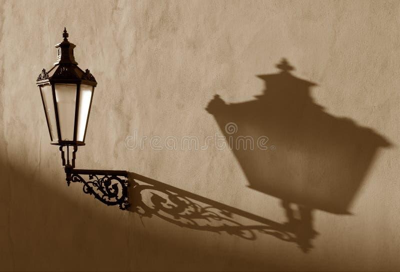 Gas-lámpara vieja en la pared fotografía de archivo libre de regalías