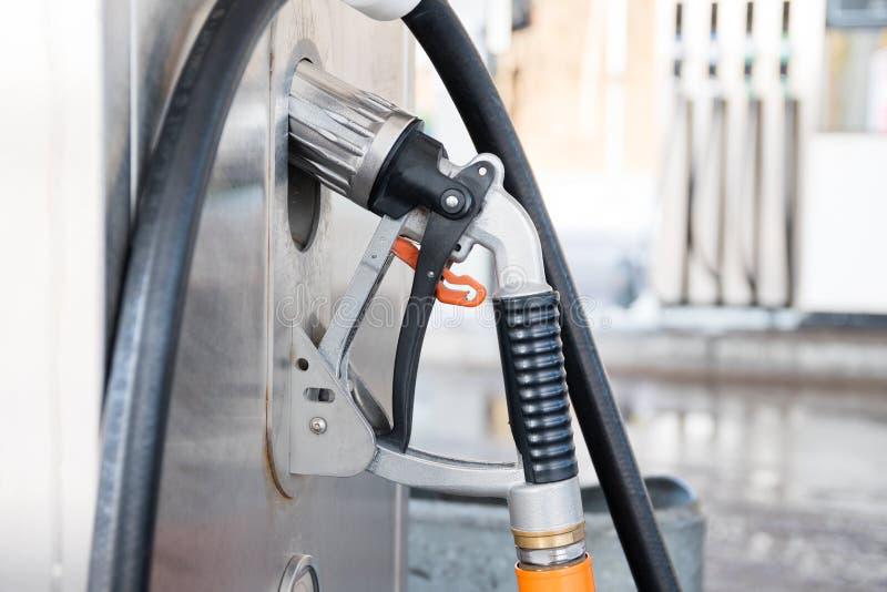 Gas liquido della benzina o pompa della stazione di GPL con l'ugello per rifornire di carburante un Ca fotografia stock