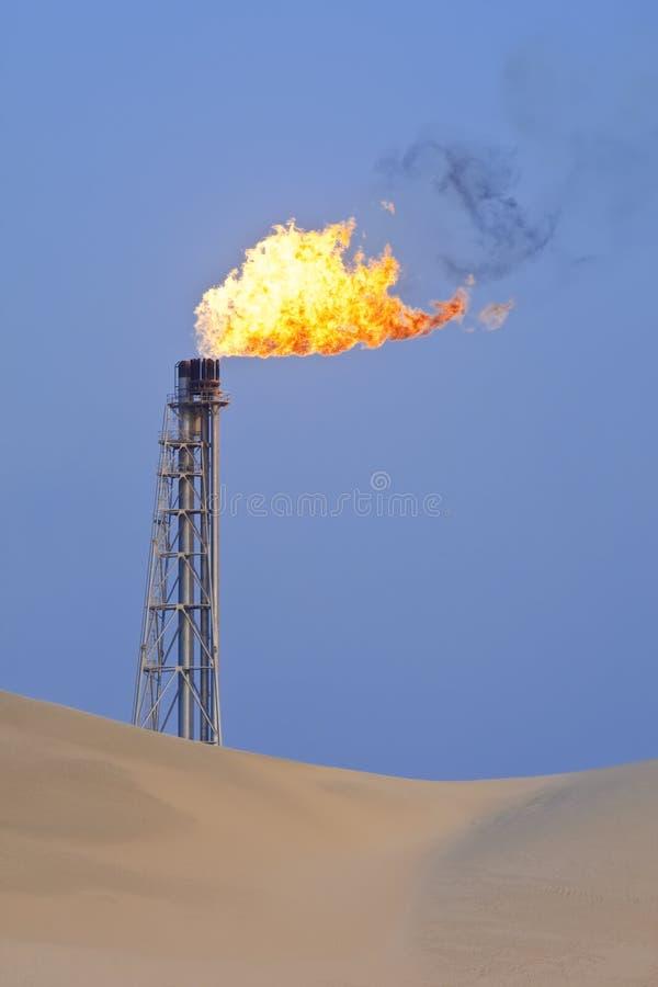 Gas que señala por medio de luces en el desierto imágenes de archivo libres de regalías