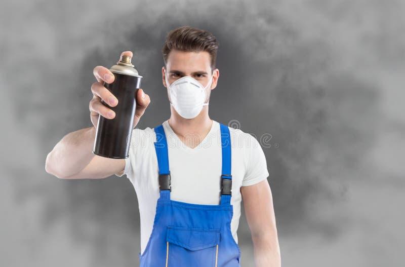 Gas tossico dello spruzzo dell'uomo immagini stock