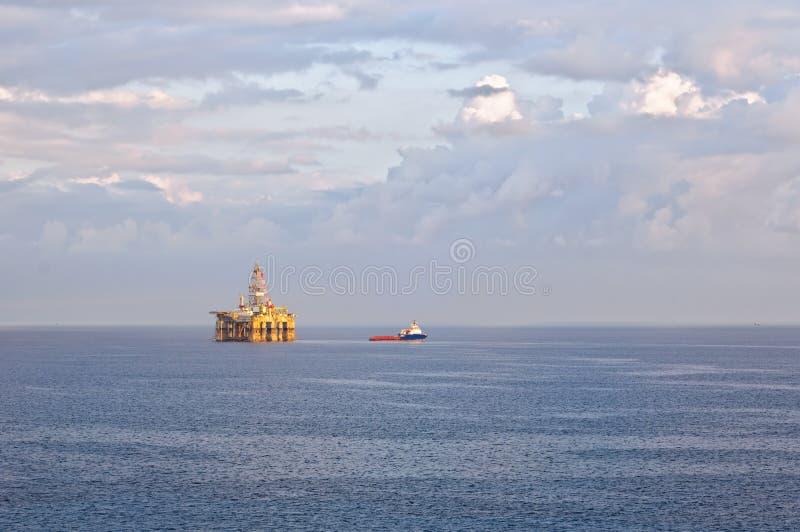 Gas y plataforma petrolera foto de archivo