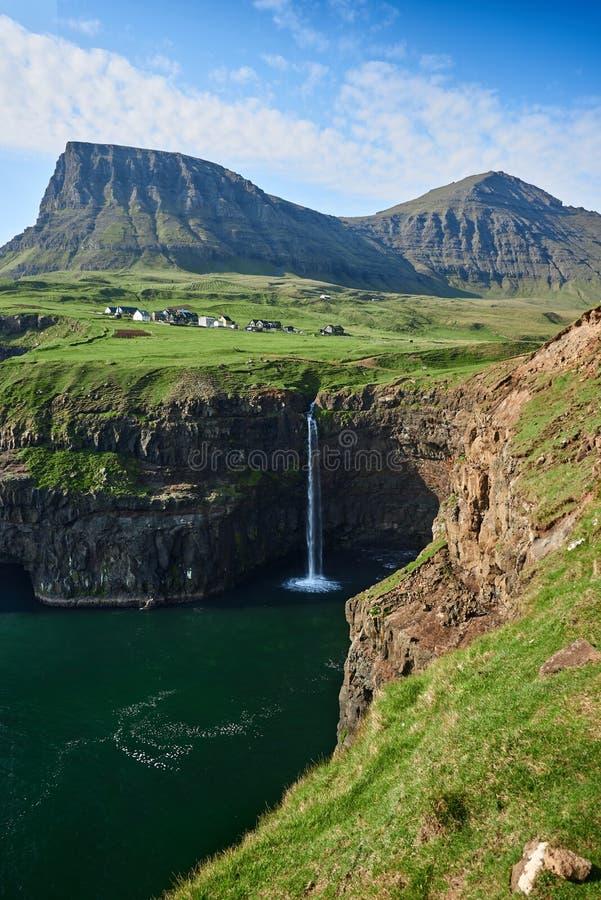Gasadalur wioska i Mulafossur siklawa, Faroe wyspy obrazy royalty free