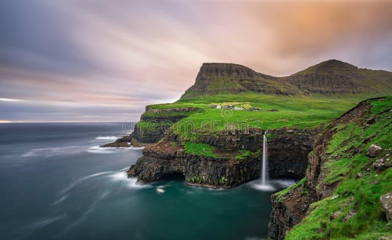 Gasadalurdorp en zijn waterval, de Faeröer, Denemarken stock afbeelding
