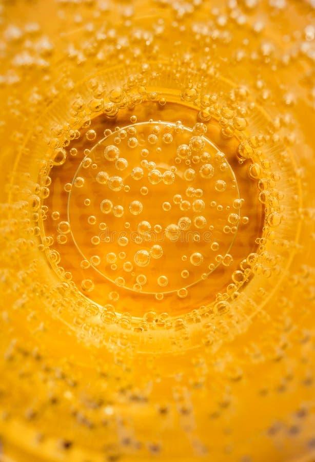 Gasbellen in de sprankelende drank Limonadecocktail Gassen, de bar van de Citrusvruchtencocktail Verse plons stock afbeelding