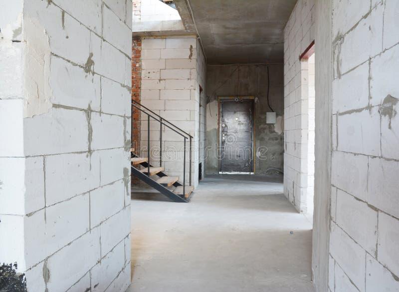 Gasbeton blockiert die Hauskorridorwände im Bau, die zum Vergipsen und zum Stuck bereit sind lizenzfreies stockbild