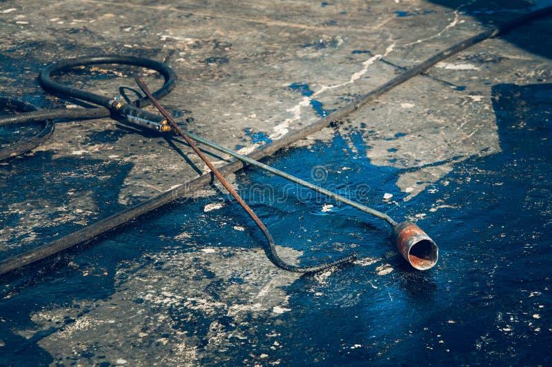 Gasbrännare för installation av vattentäta material på taket arkivfoto