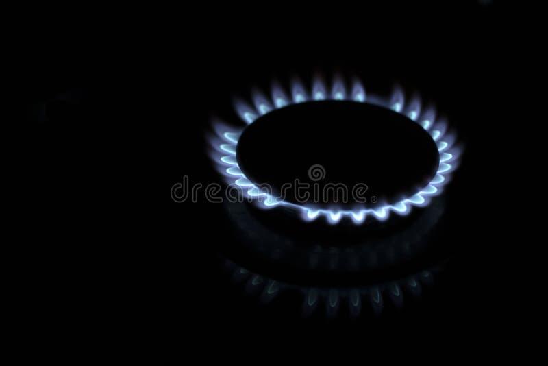 Gasbrännare Flama, närliggande Hushållsgas, blå och röd låga Gasbrännare i mörker arkivbild