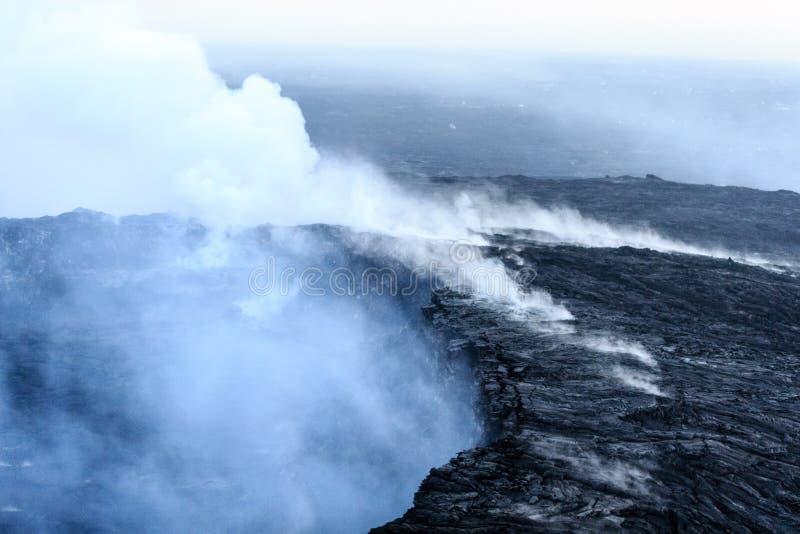 Gase und Dampfaufstieg vom Kilauea-Kessel an der Dämmerung stockbild