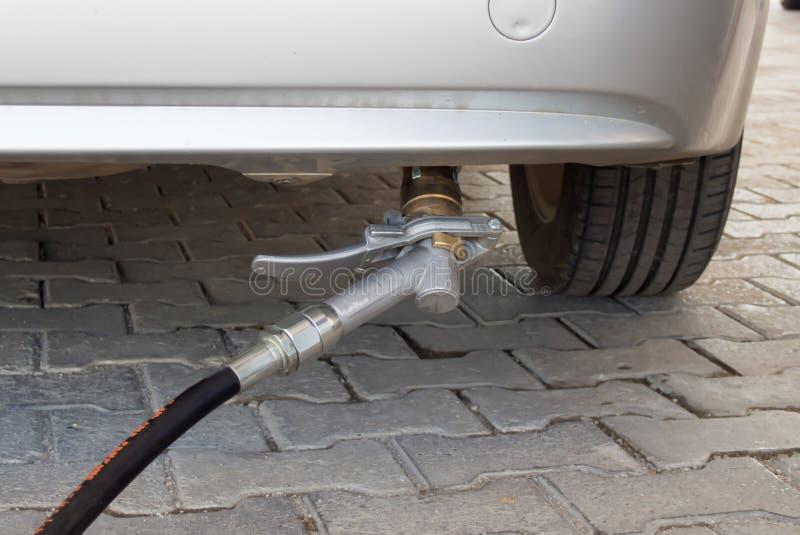Gasen Sie das Füllen vom Fahrzeugstoßdämpfer und von der Gaspumpe lizenzfreie stockfotos