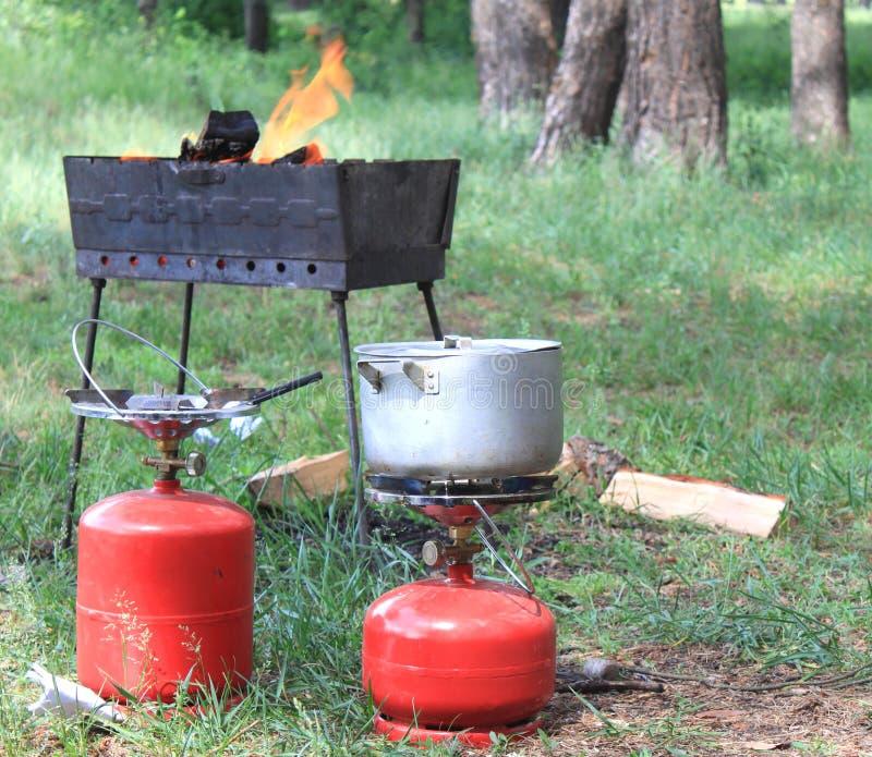 Gasflasche und BBQ für das Kochen stockbild