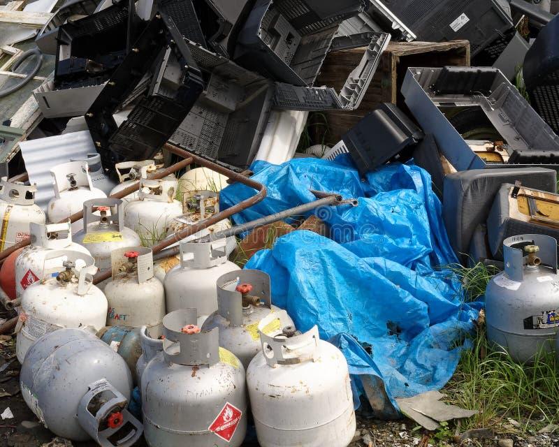 Gasflessen of flessen op een kringloopcentrum worden weggedaan - een ongevallenwachten dat om te gebeuren stock fotografie