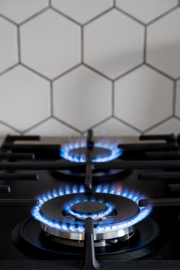 Gasfornuis op zwart modern keukenfornuis Het kooktoestel van het keukengas met het branden van het gas van het brandpropaan royalty-vrije stock afbeeldingen