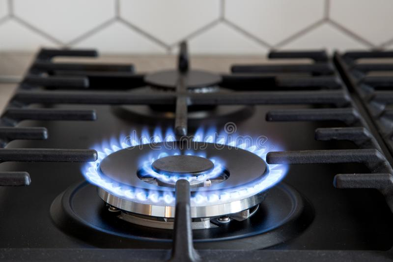 Gasfornuis op zwart modern keukenfornuis Het kooktoestel van het keukengas met het branden van het gas van het brandpropaan royalty-vrije stock foto's