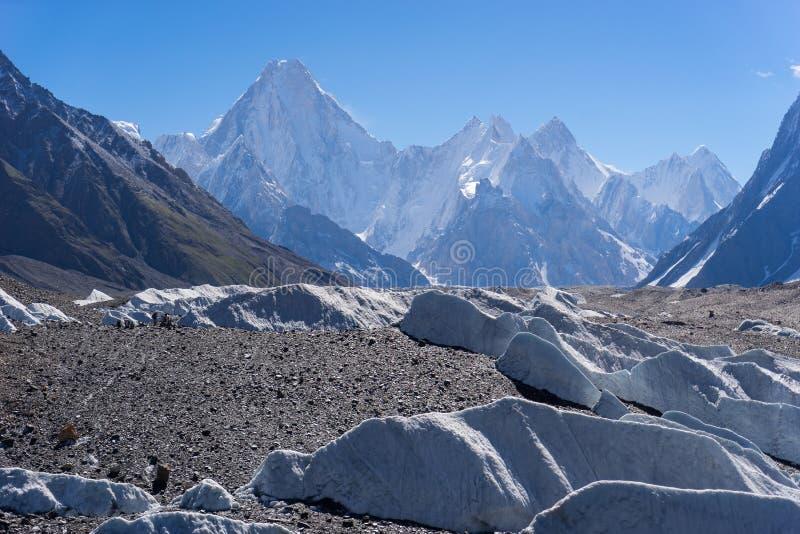 Gasherbrum halny masyw w ranku behide Baltoro lodowu, zdjęcie stock