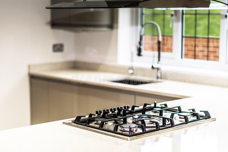 GasHob i kök av den tomma bostads- egenskapen royaltyfri foto