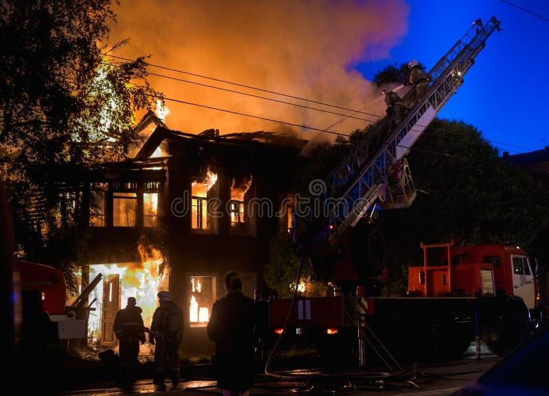 Gasić płonącego dom zdjęcia stock