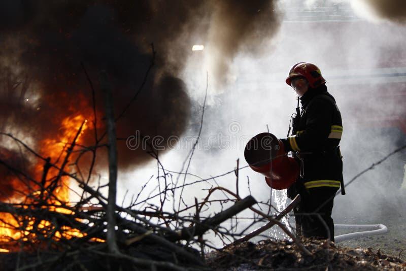 gasi pożarniczego strażaka obrazy stock