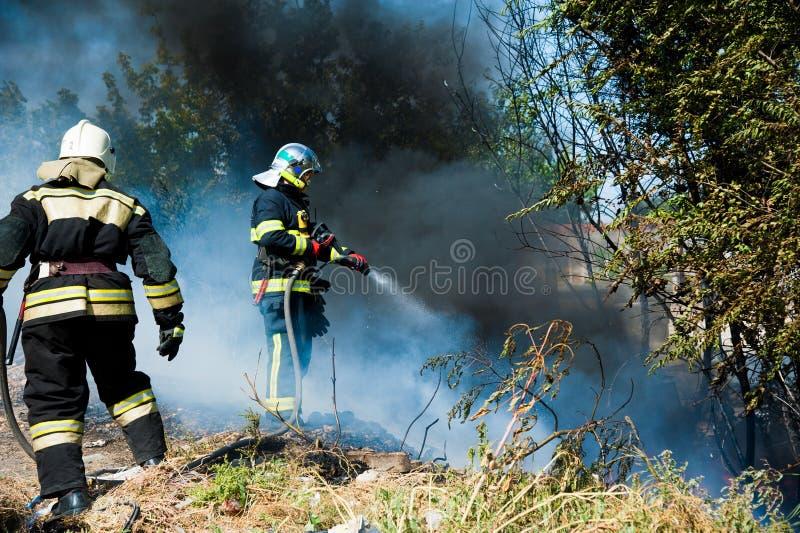 gasi pożarniczego strażaka zdjęcia royalty free
