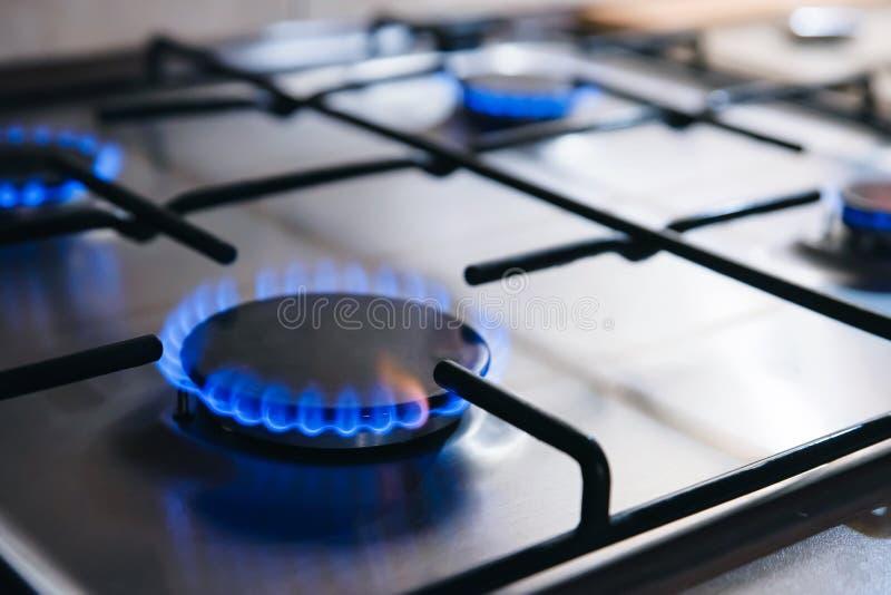 Gasküchenofenkoch mit dem Brennen der blauen Flammen stockbilder