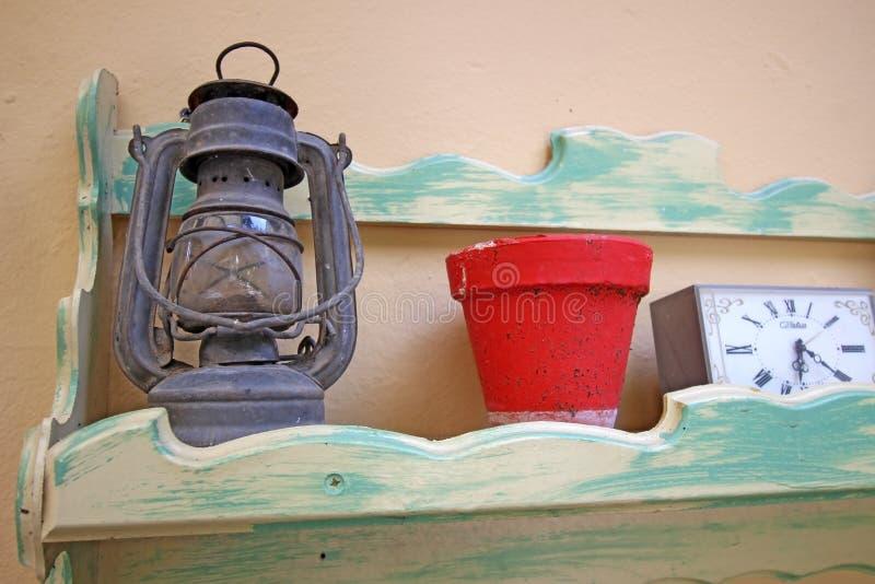 Gaslantaarn, pot en retro wekker stock afbeelding