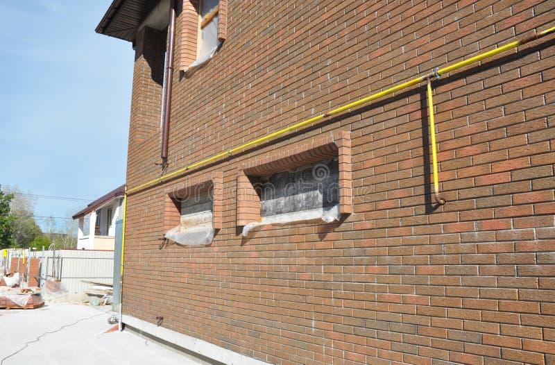 Gasleitungs-System-Verbindung installiert in Hausmauer-Äußeres Stellen Sie Gasleitungs-Beziehungen vom Stahl oder von den Kupferr stockfotos